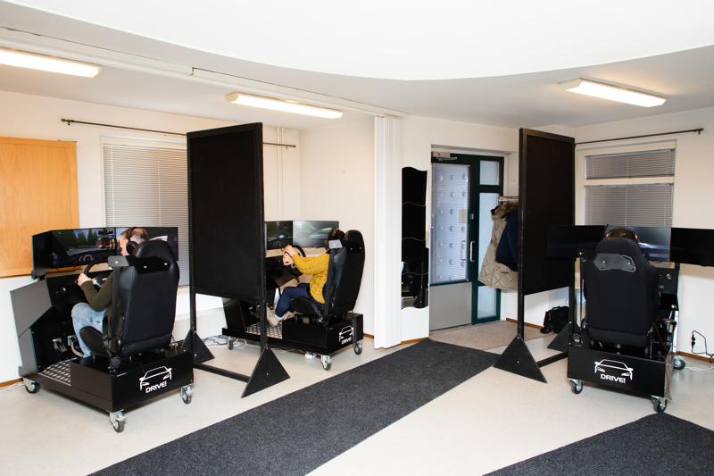 Puolet autokoulun pakollisesta ajoharjoittelusta voi ajaa nykyään simulaattorilla. Kuvassa kuljettajantutkintoa suorittavia Meilahden Autokoulun oppilaita simulaattoritunnilla.