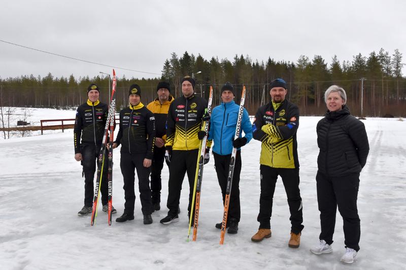 Lauantaina hiihtourakan läpikäyneet. Jari Takala, Marko Paavola, Jaakko Kolppanen, Petri Mäki-Korvela, Mikko Huuki, Janne Isohanni ja Anne Kolppanen.