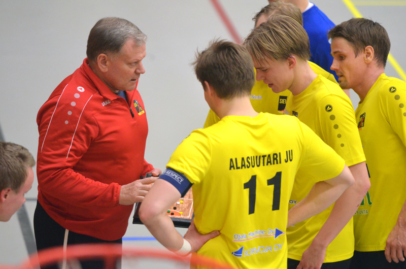 Sievi FS:n päävalmentajana jatkaa Igor Bochkov. Oikealla jatkosopimuksen tehneet Jarmo Junno ja Jaakko Alasuutari.