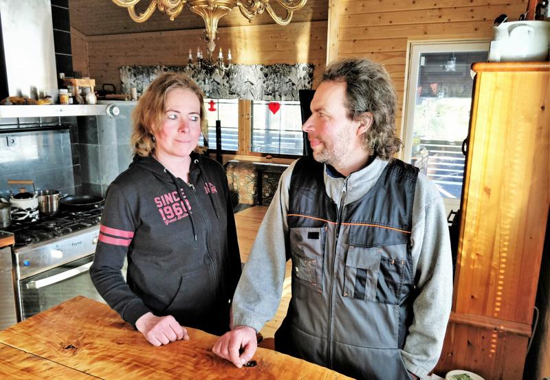 Yrittäjäpariskunta Heide Bredarholm ja Marko Heikkilä huilaa ja lataa akkujaan Edsevön mökillä. - Onneksi olemme molemmat aamuihmisiä, joten viikolla meille sopii hyvin aamuviideltä alkava työpäivä.