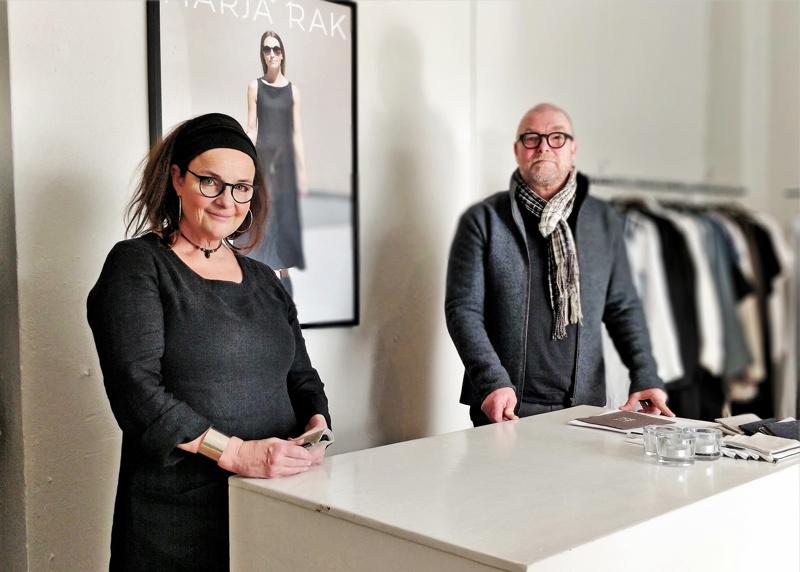 – Noolan-brändiä ei haluta hylätä, on ollut asiakkaiden viestinä, mikä on rohkaissut meitä eteenpäin, kertoo muotoilija Marja Rak. Puoliso Jonas Rak vastaa yrityksessä mm. graafisesta ilmeestä.