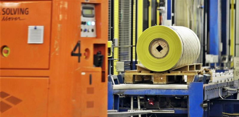 Muovifilmille valmistettua hiomapaperia tehdään Pietarsaaren yksikössä vene- ja autoteollisuuden tarpeisiin. Se leikataan kapeiksi rulliksi omalla leikkausosastolla.