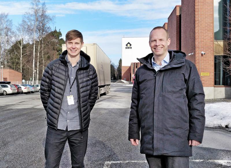 Mirka Pietarsaaren tehtaan johtaja Jonas Hällund  ja Mirkan toimitusjohtaja Stefan Sjöberg iloitsevat yksikössä suunnitteilla olevasta laajennuksesta. Uusi Power Tools -kokoonpanotehdas teollisuusalueella Skatan Luutavuorella on määrä käynnistää 2023.