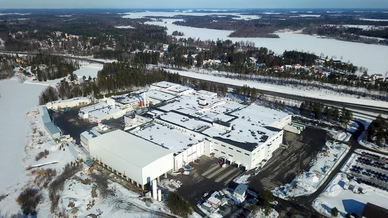 Kuusisaaren tontti alkaa täyttyä. Etualalla pian valmistuva pakkasvarasto. Vielä toistaiseksi lähivuosien jatkoinvestoinneille löytyy tilaa, mutta keskustelut Pietarsaaren kaupungin kanssa tulevaisuuden tilantarpeista ovat käynnistyneet.
