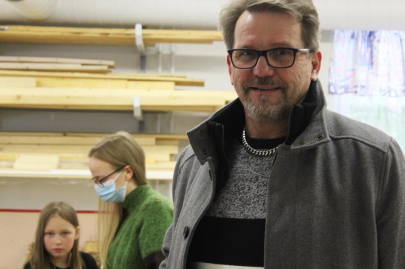 Juha Korkiakoski. Taustalla Riina Tuominiemi ohjaa Saana Leiviskää teknisissä töissä.