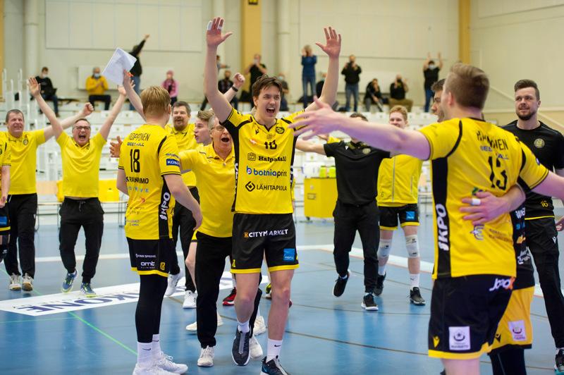 Kuva mestaruusliigan pronssiottelusta Tiikerit-Vantaa Ducks. Juhlat voi alkaa.