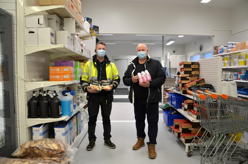 Uutta. Maitokolmio remontoi myymälää ja toi kauppoihin proteiini-shaket. Oman merkin nimellä myydään nyt myös valmisruokia, kermaperunoita ja muusia. Rauno Saukko (vas.) ja Jouni Tiainen esittelivät uutuuksia.