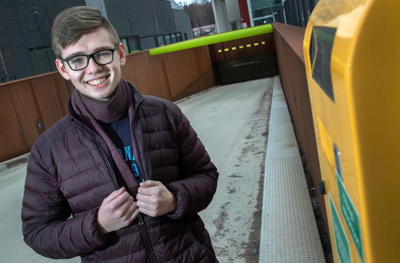Kokoomusnuorten liittohallituksen jäsen Georg Närjä, 18, hoiteli maanantaina kuudennen ja viimeisen ylioppilaskirjoituspäivänsä ruotsin kokeella. – Parasta olisi, jos nuorisovaltuustolla olisi omia aktiivisia edustajia kaupungin organisaatiossa. Myös poliittisten nuorisojärjestöjen vierailuja lukioissa pitäisi mahdollistaa enemmän, espoolainen kertoo.