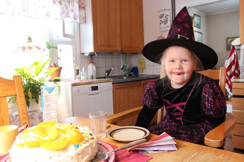 Peppi ja mummo olivat leiponeet nimipäiväkakun, jota maistettiin jo lauantaina. Kahvihetken kunniaksi tyttö oli pukeutunut hienoon mekkoon ja hattuun, jotka isä oli ostanut halloweeniksi.