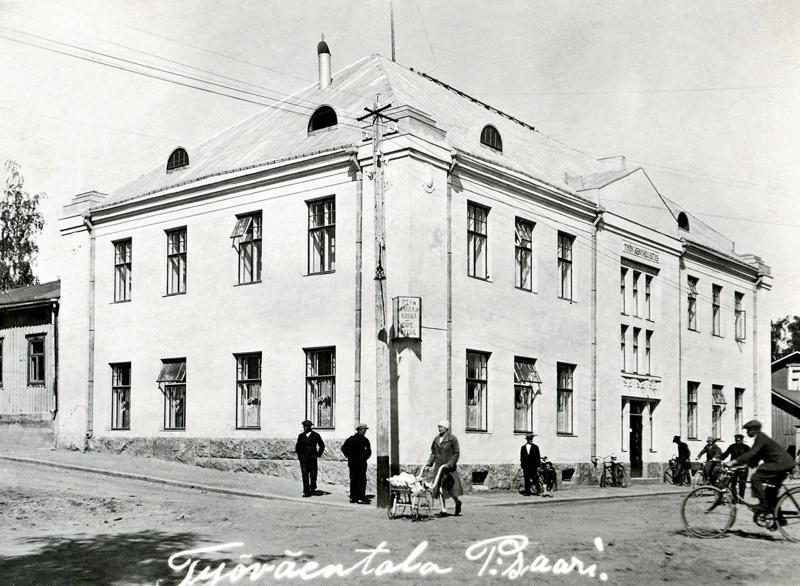 Talon on rakentanut Pietarsaaren suomenkielinen työväenyhdistys, alkuperäisen tontilla sijainneen talon palon jälkeen vuonna 1926. Uusi talo rakennettiin heti sen jälkeen mutta tällä kertaa kivestä, ja yhdistyksen oli tarkoitus jatkaa talossa kahvila-toimintaansa.