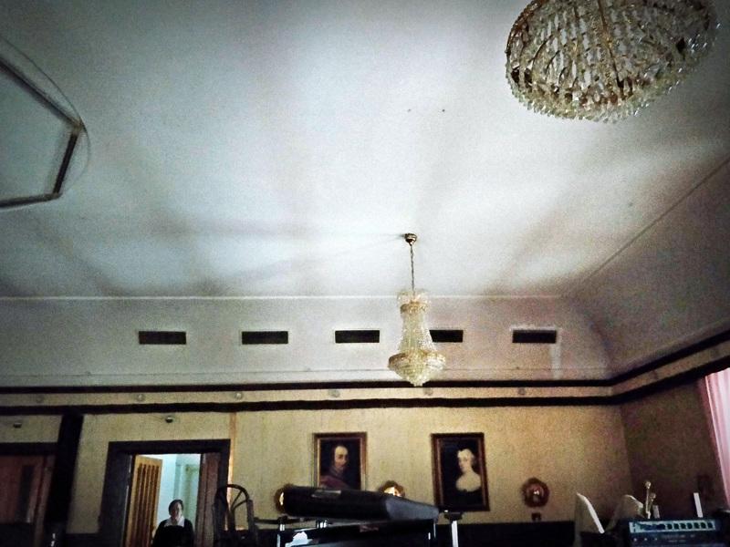 Yläkerta on lähes alkuperäisessä asussaan ravintola Ebban ajoilta.