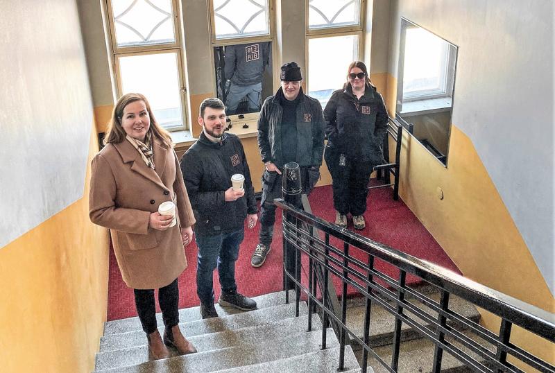 Ebban Kiinteistön henkilökunta tutustumassa entiseen Ebba-kiinteistöön, toimitusjohtaja  Åsa Björkman, isännöitsijä Kimi Blomström, vuokravälittäjä Tom Enlund ja puuseppä Anna Sofia Lindström.