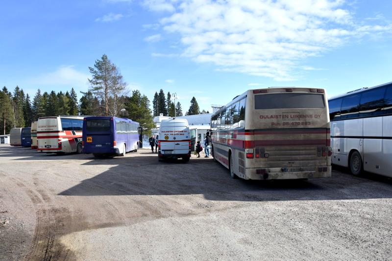 Jokilaaksoissa koululaiset ja toisen asteen opiskelijat ovat merkittävin joukkoliikenteen käyttäjien ryhmä. Haapaveden yläkoululta lähtee yhdeksän bussia iltapäivällä kello 15 aikaan.