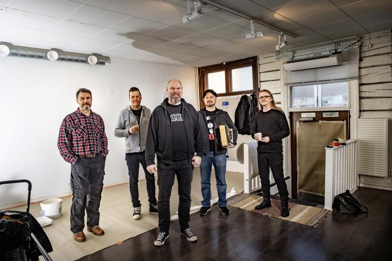 Tämä viisikko avaa levykaupan Kokkolan keskustaan. Risto Hannula (vas.), Mika Rintala, Pekka Hietalahti, Ari-Pekka Savolainen ja Reijo Holm. Parhaillaan liiketiloissa tehdään pintaremonttia.