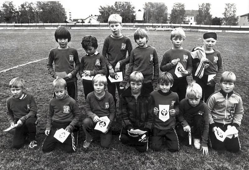 Jaron F-junioreita vuonna 1983 Chelsean sinipaidoissa, joiden alkuperäiselle uskolliset logot oli teetetty ompelimossa. Samaan aikaan loisti Jaron edustusjoukkueen suurimpana tähtenä skotti Craig Ramsay.