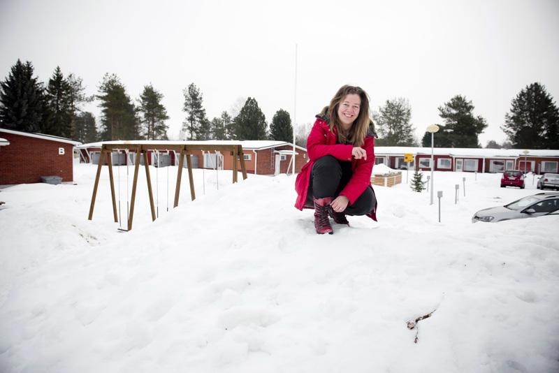 Tylsä virkamies? Marianne Selkäinaho kuvattiin maaliskuun hangilla hänen Nivalan etätyöpisteen eli äitinsä asunnon pihalla olleen lumikasan huipulla.