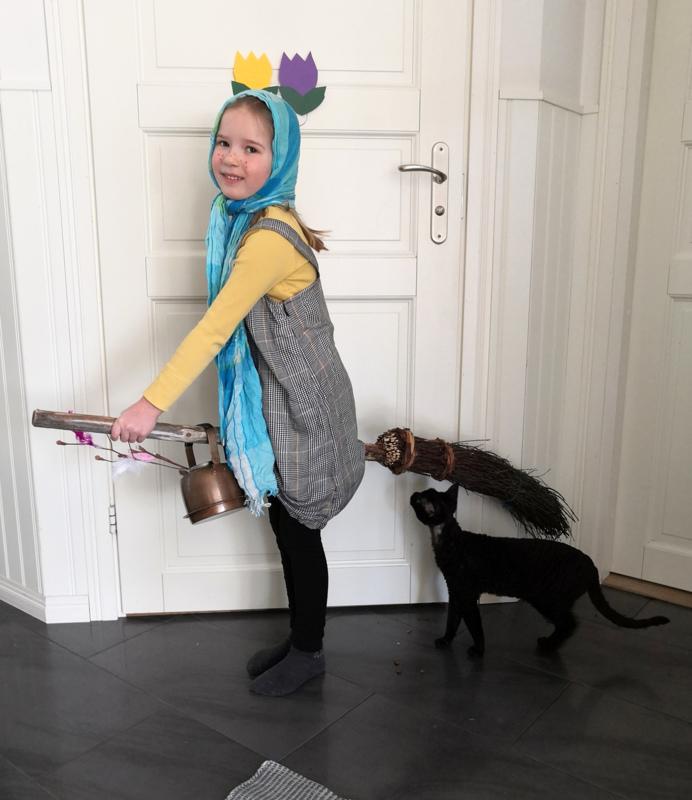Vanessa Vidjeskog, 6v., sekä Graniitti-kissa.