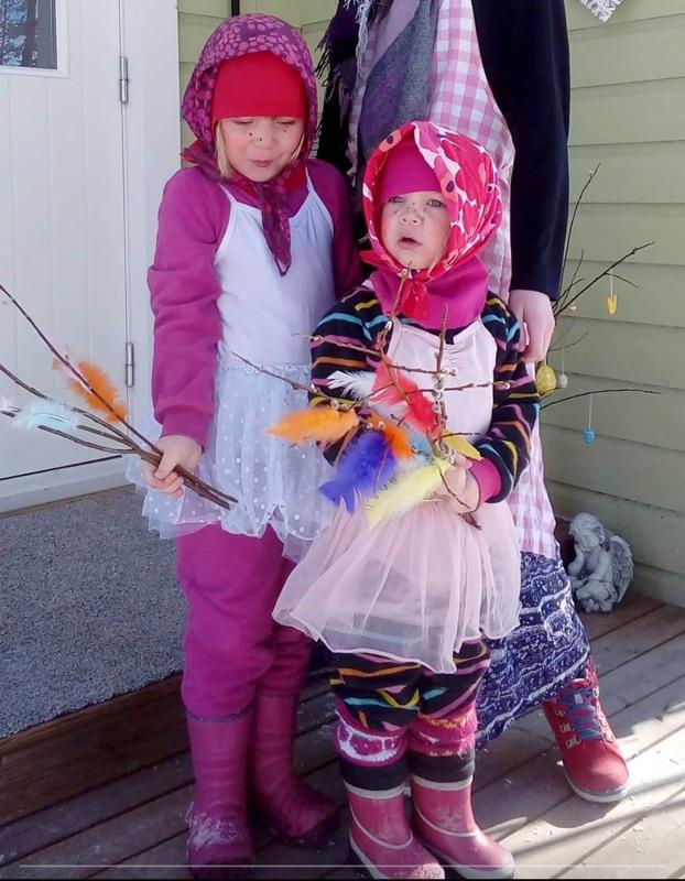 Pikkuiset trullimme Nelli (6) ja Emma (5).