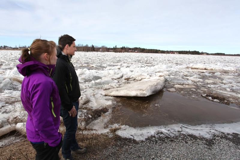 Tamperelainen Jussi Järvenpää ja ruoveteläinen Jenni Jarkko saapuivat Kalajoelle varta vasten seuraamaan tulvatilannetta.