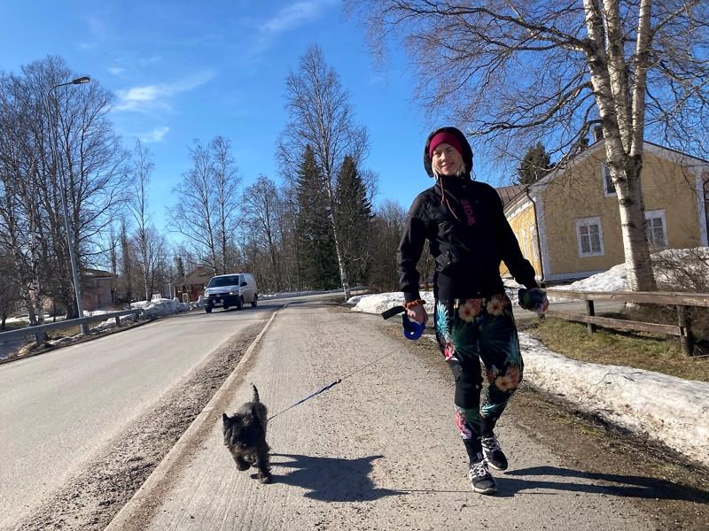 Kokkolasta lähtöisin oleva Sara Airola on asunut Kruunupyyssä seitsemän vuoden ajan. Hän ei yllättynyt tutkimustuloksesta. sen takana on sosiaalinen pääoma.