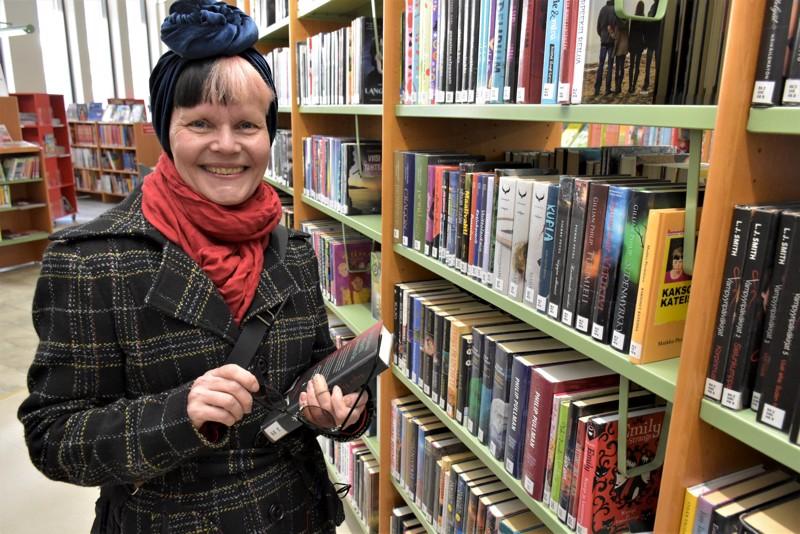 Päivi Jokitalo viihtyy yleensäkin hyvin lasten ja nuorten osastolla kirjastossa. Nyt hänellä on edessään marraskuuhun kestävä rupeama noin 120 kirjan parissa.
