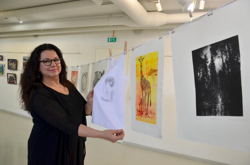 Runsas ripustus. Hannele Kinare laittoi osan grafiikanlehdistään pyykkinarulle. Yksi kuva on kokeeksi vedostettu paitaan.