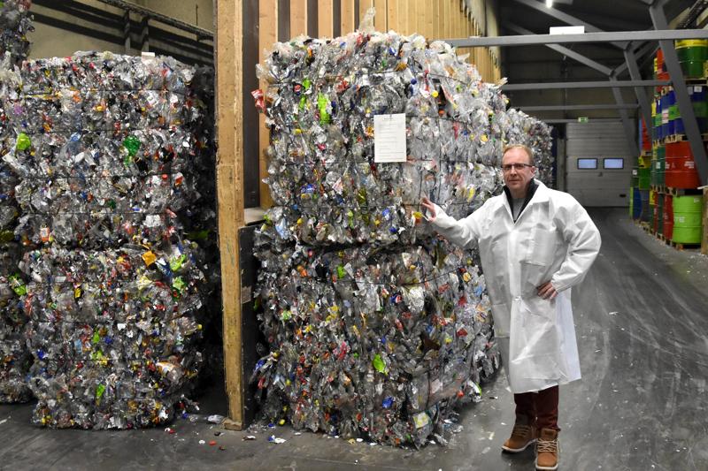 Muovipaalit. Pramia Plasticin Marko Mäkinen kertoo, että Toholammille tulee keskimäärin miljoona muovipulloa päivässä.