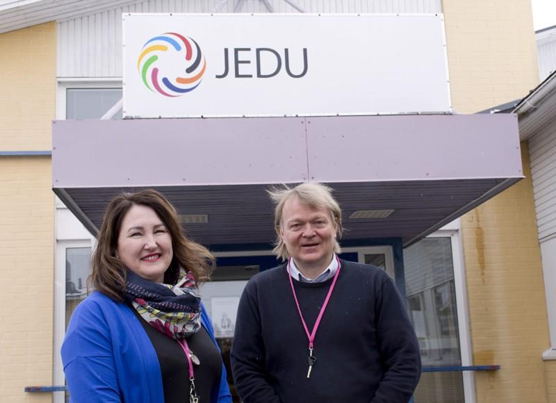 Vastaava opettaja Sanna-Mari Pyy ja koulutusjohtaja Esa Siirilä ovat tyytyväisiä, että perheiden toive koulutuksesta toteutuu.