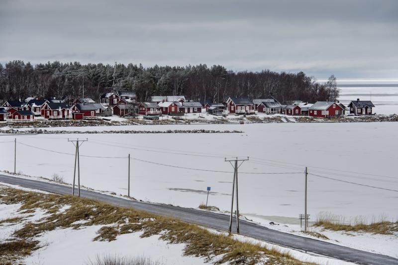 Ohtakari sijaitsee Kokkolassa Lohtajan Vattajalla, Puolustusvoimien ampuma- ja harjoitusalueen kupeessa.