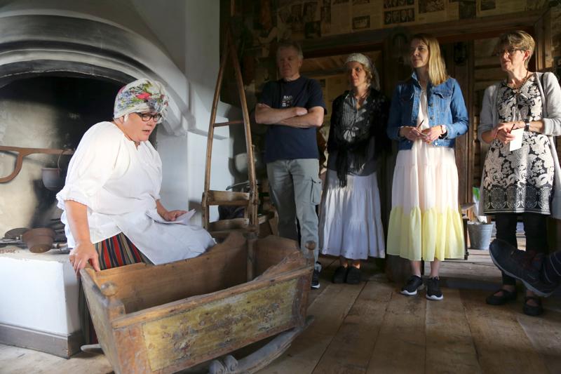 Kansalaisopiston ja paikallislehden kyläillat juhlistivat pienin tapahtumin juhlavuosia. Kuvassa oikealla kansalaisopiston rehtori Aino Salo.
