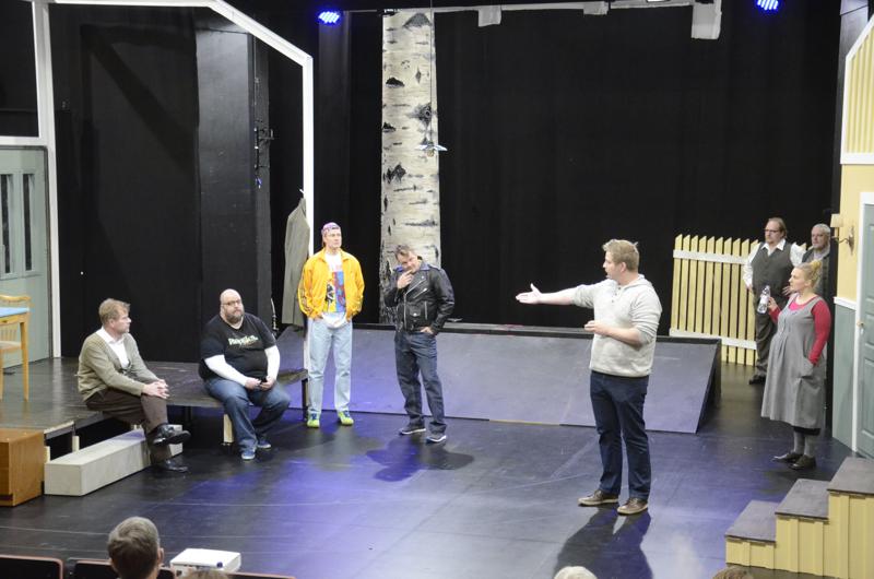 Teatterikuraattori Esko Tynkkynen tekee teatterin maailmaa tutuksi  vetämällä mm. yleisölle avoimia harjoituksia.