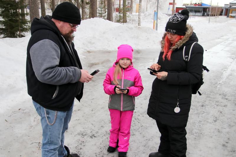 Toni Nissilä, Inka Nissilä sekä Sanna-Mari Seppälä pelaavat Pokémon Go:ta aktiivisesti. Pelissä kiehtoo sen yllätyksellisyys, liikunnallisuus sekä sosiaalisuus.