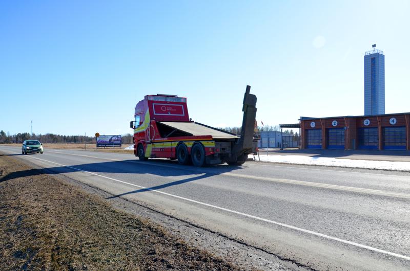 Uusi terminaali tulee Ouluntien varteen paloaseman viereiselle pellolle, joka näkyy kuvassa autojen välissä.