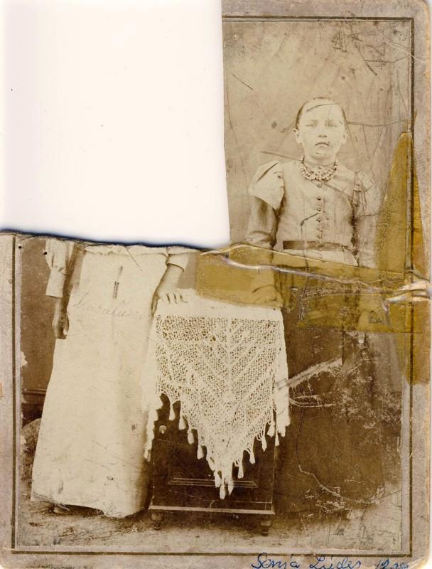 Ystävykset Senja ja Karoliina kävivät Halsuan kirkolla valokuvassa. Kuva oli jaettava, eikä leikattua palasta ole löytynyt.