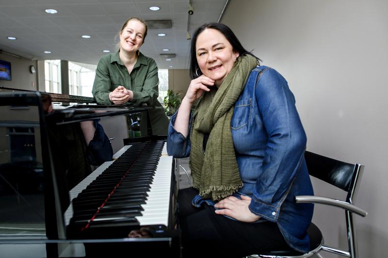 Maarit Hotakainen (vas.) ja Minna Lankinen kehuvat Keski-Pohjanmaan konservatorion ilmapiiriä ja korkeatasoista opetusta.