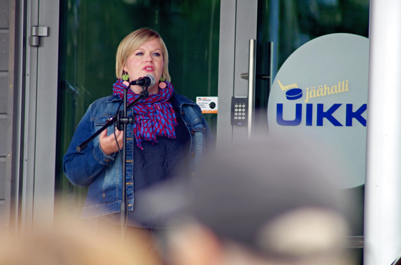 Keskustan puheenjohtaja Annika Saarikko väläyttää keskustan eroa hallituksesta mahdollisena.