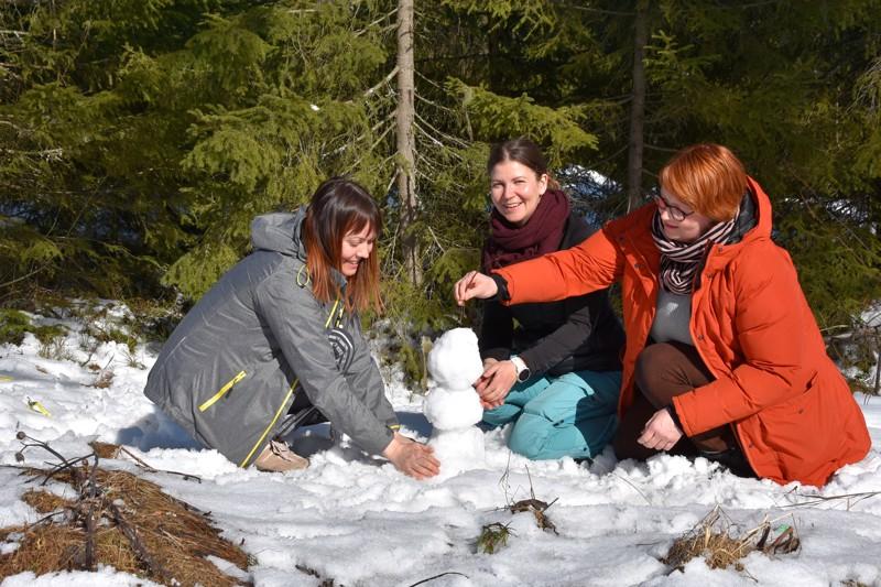Luonnossa. Minna Vörlin, Maria Leppänen ja Annemaria Laine saivat apurahan ympäristöaiheisen satukirjan tekoon.
