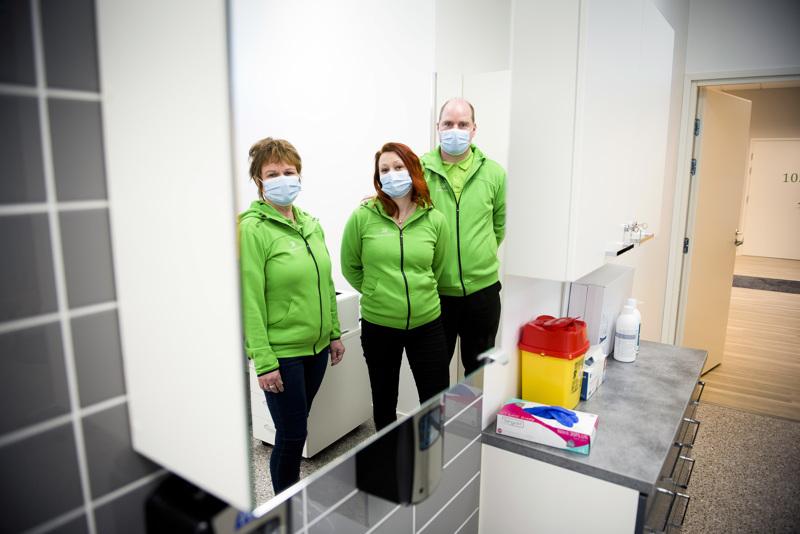 Mehiläisen Nivalan toimipisteestä löytyy kuusi vastaanottohuonetta sekä oma laboratorio. Kuvassa Sari Laakkonen (vas.), Sari Tiuraniemi ja Mikko Suni viimeksi mainitun työhuoneessa.