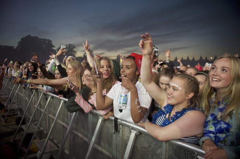 Ruisrockin iltatunnelmia vuonna 2017. Festivaalijärjestäjät joutuvat kuukauden kuluessa kiperän päätöksen eteen, pääsevätkö suomalaiset juhlimaan musiikin parissa pitkän koronavuoden jälkeen vai joudutaanko odottamaan kesään 2022.