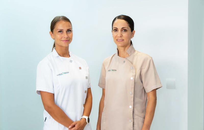 Roosa Myllylä (vasemmalla) työskenteli Fuengirolassa yksityisellä klinikalla hammaslääkäri Luciana  Rovaletin (oikaella) avustajana. Työhön kuului muun muassa kääntämistä ja asiakaspalvelua, mutta myös avustamista hoitotoimenpiteissä, mihin Luciana opetti Roosan kädestä pitäen. - Kilinikalla kävi paljon ulkomaisia, myös suomalaisia asiakkaita, minkä vuoksi kielitaito oli tärkeää, Roosa kertoo.
