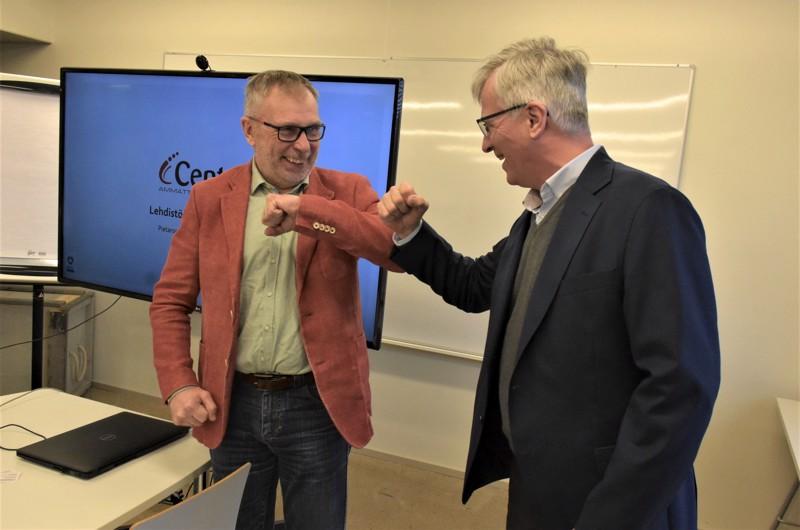 Centrian rehtori Kari Ristimäki ja Concordian toimitusjohtaja Jarl Sundqvist  iloitsevat tuoreesta koulutussopimuksesta, joka on alueella ainutlaatuinen.