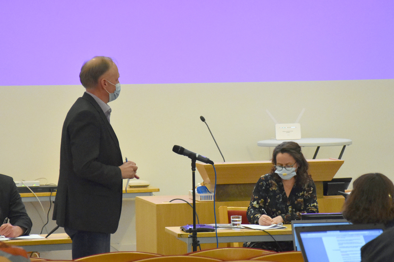 Jari Orjala ilmoitti Kannuksen kaupunginvaltuuston kokouksessa eroavansa keskustan valtuustoryhmästä ja perustavansa kokoomuksen valtuustoryhmän Kari Gromoffin sekä Veli-Matti Isohannin kanssa. Valtuuston kokous venähti yli kolmetuntiseksi.
