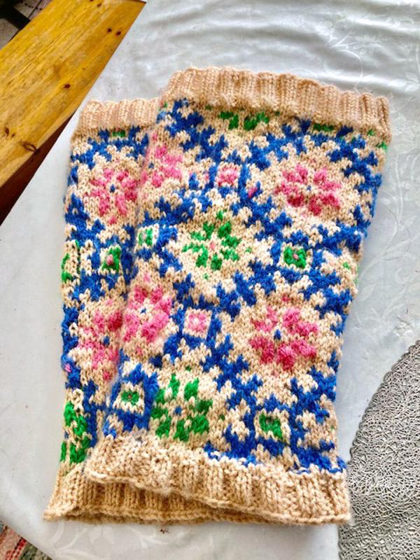 Hilja Elgbacka neuloi säärystimet tekstiilityön opettaja Tuula Latomäeltä saamallaan ohjeella. Ohje: Sininen ristikko.