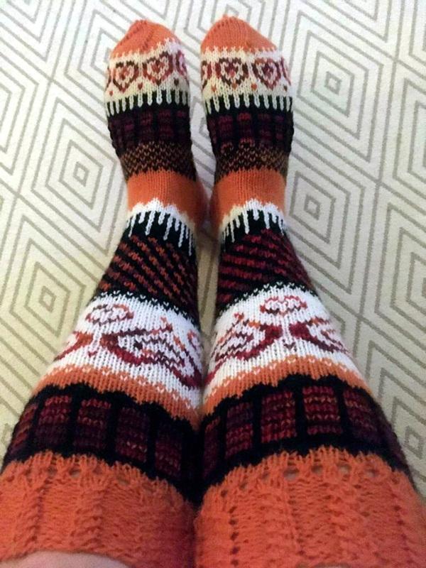 Pitkät sukat nimimerkiltä Neuleterapiaa.