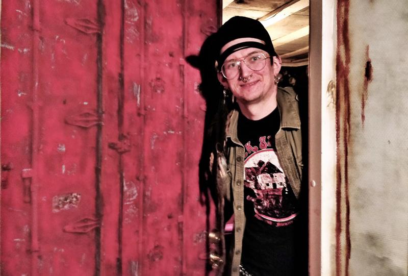 """- Pakohuonepelin teemana on """"escape from Black Sheep"""", kertoo Ron Rönnqvist.  Black Sheep Pubin kellariin valmistuva pakohuone avataan yleisölle ensi viikolla."""