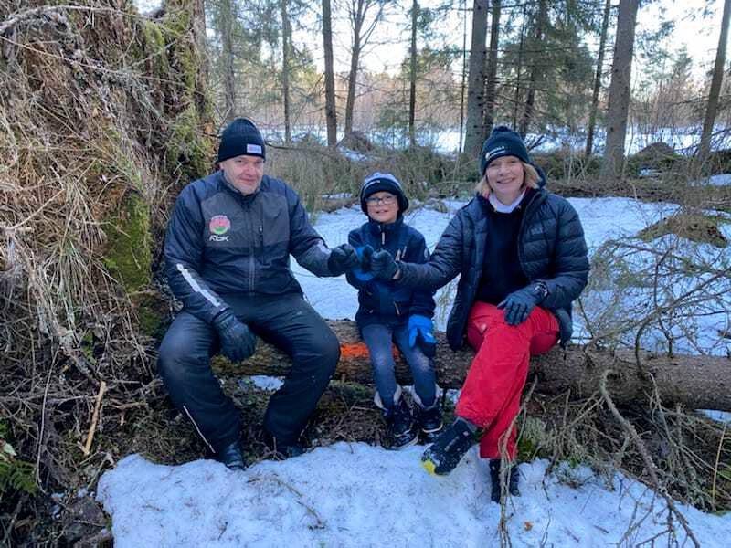 Kuvassa vasemmalta Nivalan kaupungin maanmittausteknikko Juha Peltomaa, Nico Pääkkö, kaupunginjohtaja Päivi Karikumpu. Kuva on otettu yhden Nicolle lahjoitetun tuulenkaadon päällä, kun puiden lahjoittamisesta on sovittu.