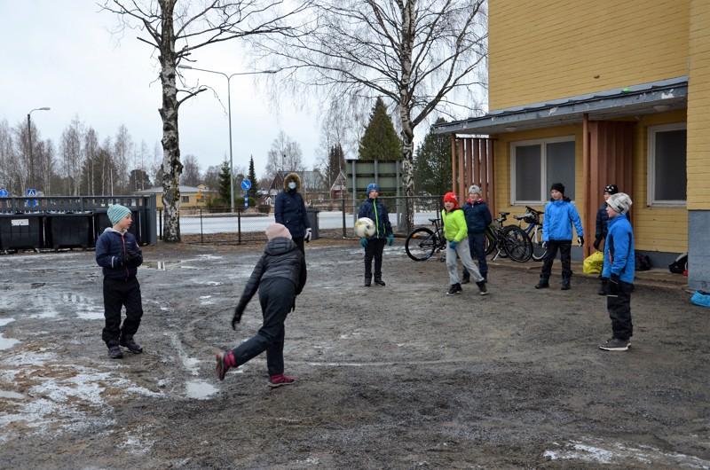 Liikkarikerho. Veera Keski-Sämpi (selin) yritti polttaa Veikka Isohannia polttopalloympyrästä Raasakan koulun pihalla koulupäivän jälkeen järjestetyssä kerhossa.