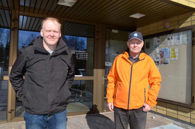 Kovia päätöksiä. Pitkäaikaiset keskustan kuntavaikuttajat Jari Orjala (vasemmalla) ja Kari Gromoff tekivät päätöksensä. He allekirjoittivat lauantaina paperin, joka vei heidät kokoomuksen listalle tulevissa kunnallisvaaleissa.