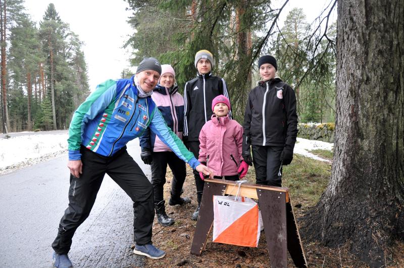 Timo Ronkainen (vas.) opasti Heidi, Mikael, Minea ja Helmi Vanhalaa maanantaina omatoimirastien lähtöpaikalla.