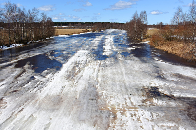 Jokijäiden oletetaan tänä keväänä sulavan isolta osin paikoilleen, mikä pienentää jääpatoriskiä. Kuvassa Pyhäjokea Haapaveden Kirkkojärven yläpuolella, Turvetien sillalta kuvattuna 14. huhtikuuta.